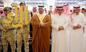 نائب امير منطقة الرياض يؤدي صلاة الميت على الشهيد الفيفي