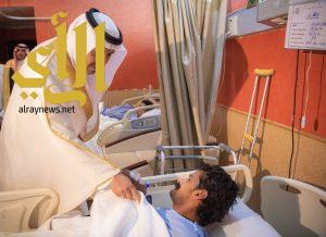 أمير الباحة يعايد المرضى المنومين بمستشفى الملك فهد