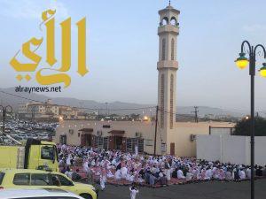 جموع المصلين يؤدون صلاة عيد الفطر بجامع الحرجة
