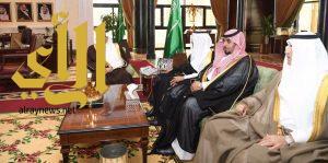 أمير تبوك يجتمع مع رئيس مجلس البلدية بالمنطقة