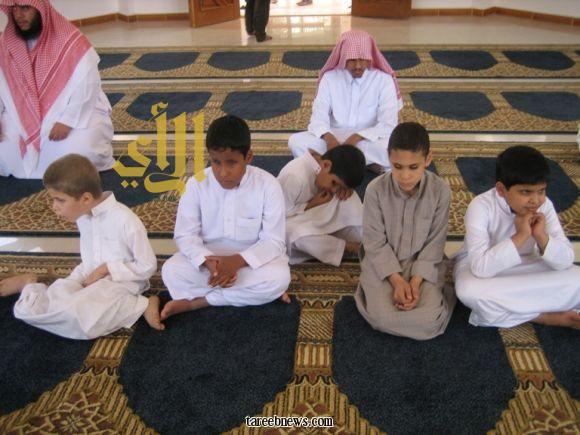 هذي صورة لاطفال معاقين بصريا كانوا يصلون في مسجد بمركز جمعية العوق البصري الخيرية بمحافظة بريدة