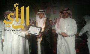 القحطاني يتحصل على جائزة التميز الوظيفي بمركز شرطة الأمواه