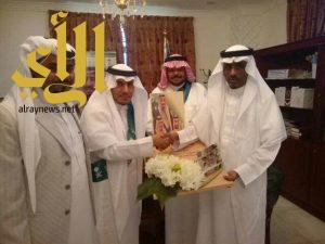ابتدائية عمر بن عبدالعزيز بمشلحة تقدم بيعة الولاء والوفاء للقيادة الرشيدة أمام محافظ صبيا