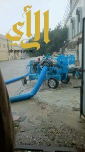 أمانة عسير تستنفر معداتها وتواصل أعمال نزح المياه