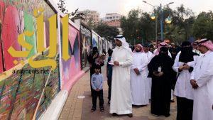 """القاضي يفتتح جدارية """" بيئة الإنسان .. صوت و ريشة """" بأبها"""