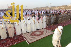 أمير عسير يتقدم جموع المصلين لصلاة عيد الفطر السعيد