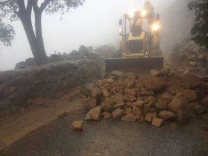 بلدية بنى عمرو تصلح الانهيارات وتزيل أضرار السيول