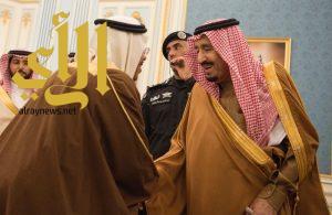 الملك سلمان يستقبل الأمراء والمفتي وجمعاً من المواطنين