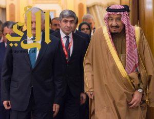 الملك سلمان يعقد مع رئيس وزراء تركيا جلسة مباحثات