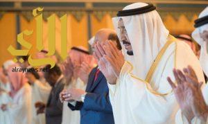 الملك سلمان يؤدي صلاة عيد الفطر مع جموع المصلين بالمسجد الحرام